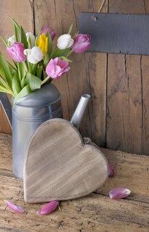 Amor de celebração com tulipas
