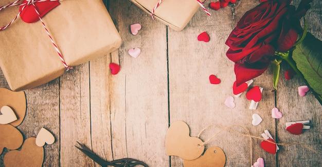 Amor de fundo e romântico para são valentim, rosa vermelha de vista superior e presentes