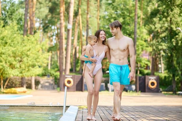 Amor do verão. um lindo casal caminhando perto da piscina e parecendo feliz