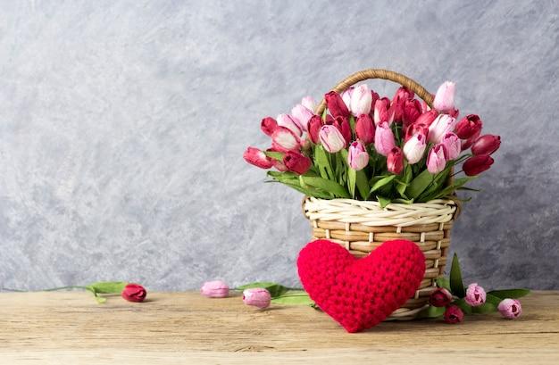 Amor e dia dos namorados conceito de flores tulipa rosa e vermelho na cesta de madeira Foto Premium