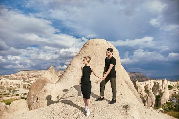 Amor e emoções amar o casal descansando na turquia. casal oriental apaixonado nas montanhas da capadócia abraços e beijos. retrato de close-up de um homem e uma mulher