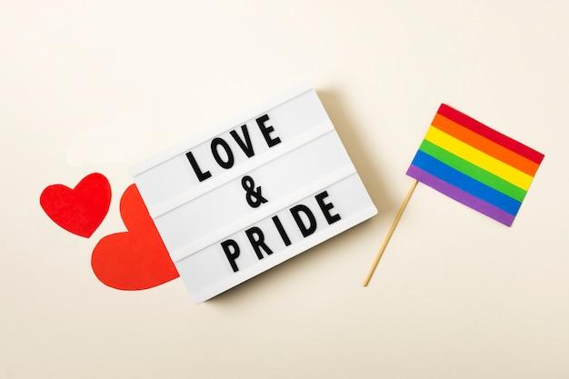 Amor e orgulho com bandeira nas cores do arco-íris