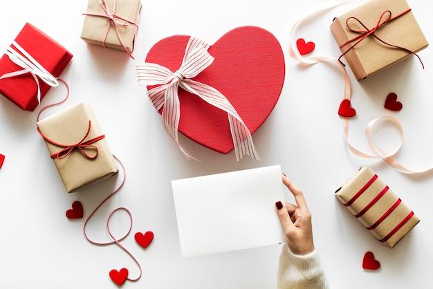 Amor e romance conceito presentes e carta