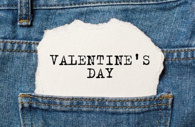 Amor em fundo de papel rasgado em jeans amor e conceito de dia dos namorados