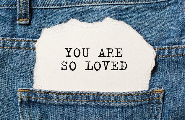 Amor em fundo de papel rasgado em jeans e conceito de dia dos namorados