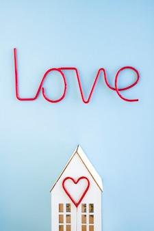 Amor escrevendo sobre casa e coração