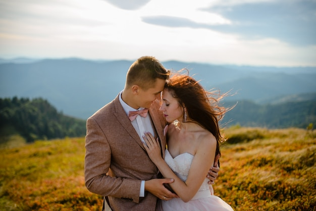 Amor jovem casal comemorando um casamento nas montanhas