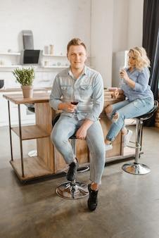 Amor jovem casal sentado à mesa, jantar romântico.
