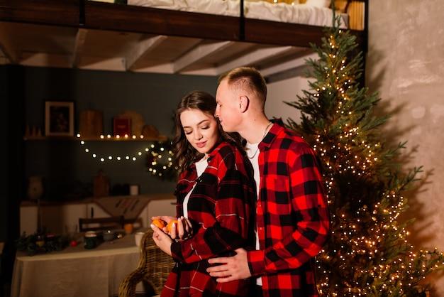 Amor, natal, casal, conceito de proposta - homem feliz dando um anel de noivado de diamante para uma mulher