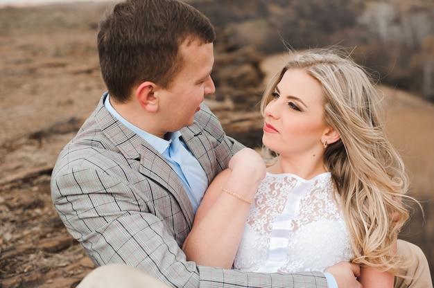 Amor, romance e conceito dos povos - abraço novo feliz dos pares