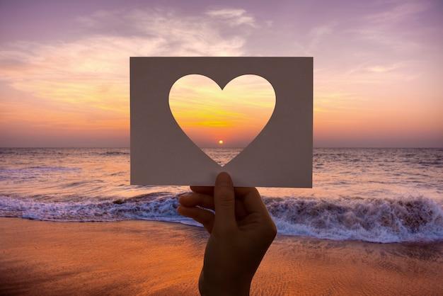 Amor romance perfurado coração de papel