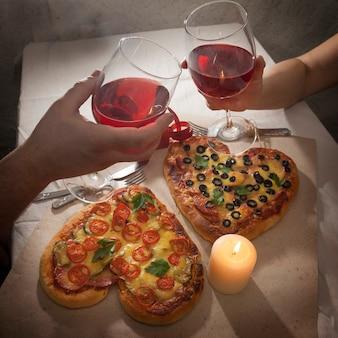 Amor romântico jantar pizza em forma de coração e dar presentes