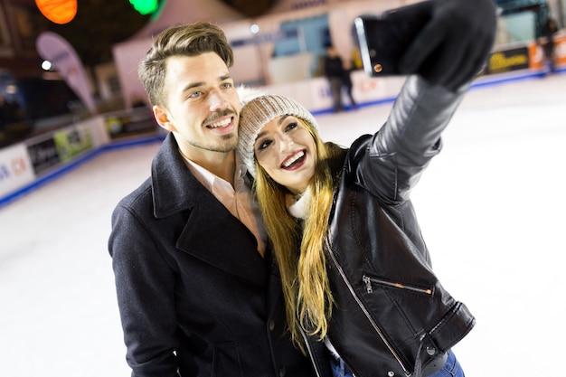 Amor selfie mãos da família de smartphones