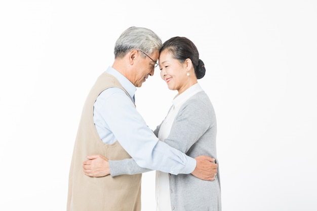 Amor velhos casais se abraçam
