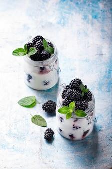 Amora-preta com iogurte grego