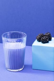 Amoras de alto ângulo e smoothie em frasco de vidro