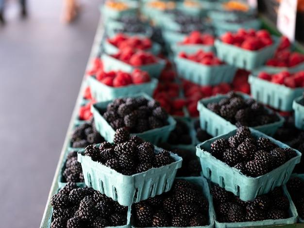 Amoras-pretas orgânicas frescas em barraca para venda no mercado
