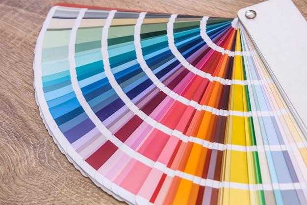 Amostra colorida na mesa de madeira close-up