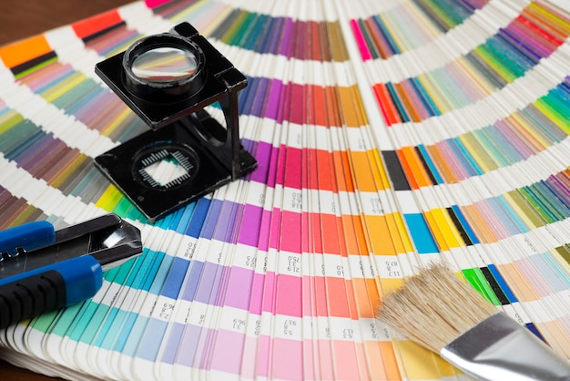 Amostra de cor impressa com alguns elementos de trabalho de design