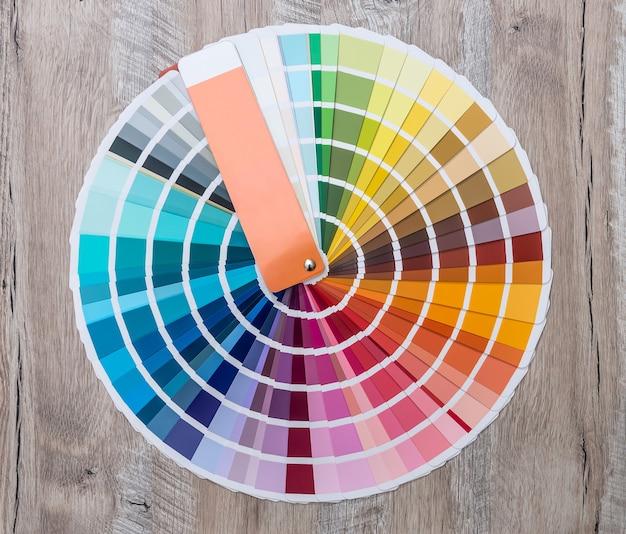 Amostra de cor no fundo de madeira disposta em círculo