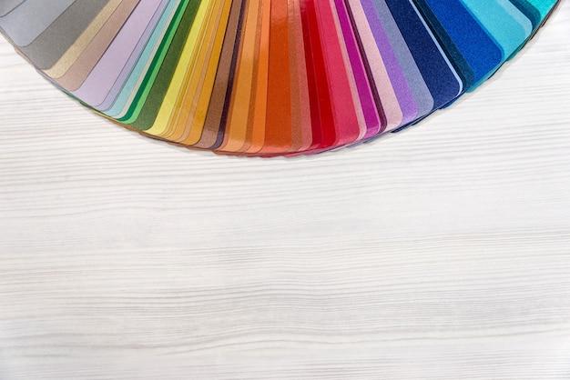 Amostra de cor para renovação em mesa de madeira