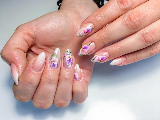 Amostra de design de unhas nas mãos femininas.