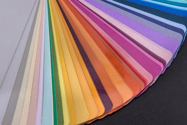 Amostra de papel colorido de tons de pintura de parede