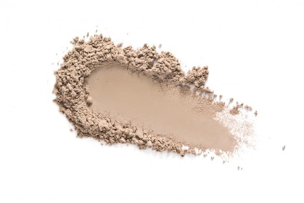 Amostra de pó de maquiagem de rosto bege isolada no branco