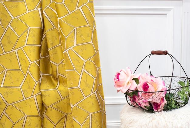 Amostra de tecido de cortina amarela. cortinas, estofos em tule e móveis