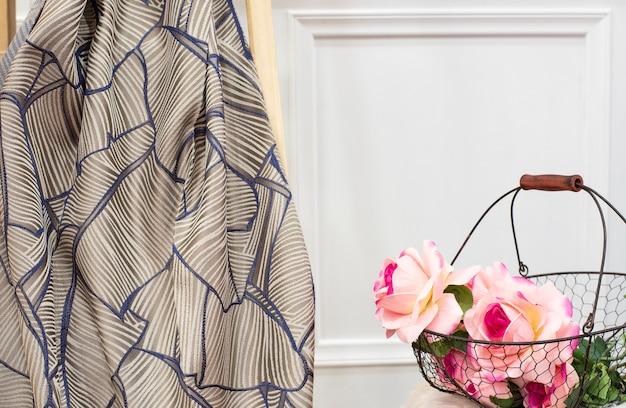 Amostra de tecido de cortina. cortinas, estofos em tule e móveis