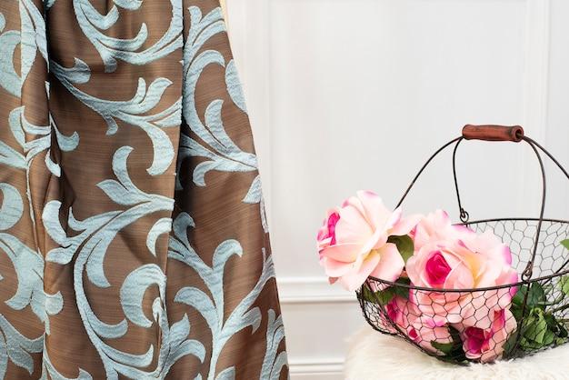 Amostra de tecido de cortina marrom e turquesa. cortinas, estofos em tule e móveis
