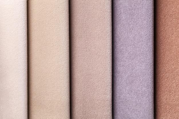 Amostra de tecido de veludo nas cores marrom e bege, fundo