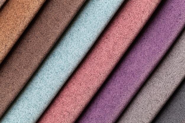 Amostra de tecido de veludo, várias cores, plano de fundo. catálogo de tecidos de interior para móveis.