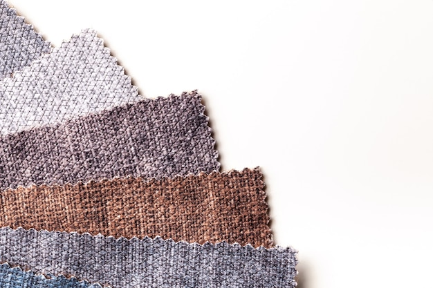 Amostra de veludo e veludo têxtil cores marrom e cinza na mesa branca, fundo. catálogo e tom de amostra de tecido de interior para móveis.