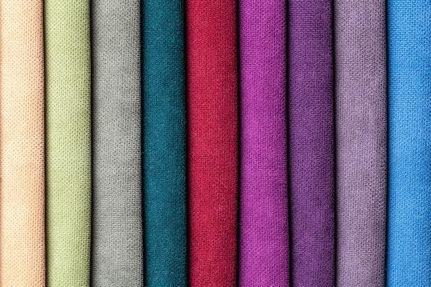 Amostra de veludo e veludos têxteis de várias cores, fundo