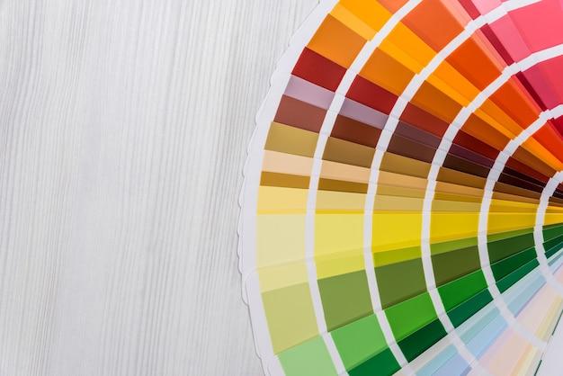 Amostrador de cores close-up em fundo de madeira