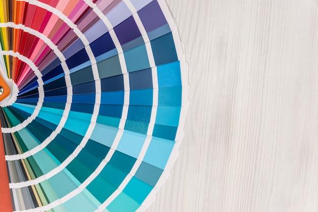 Amostrador de cores de perto em superfície de madeira