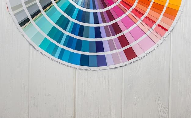 Amostrador de cores diferentes em close da parede de madeira