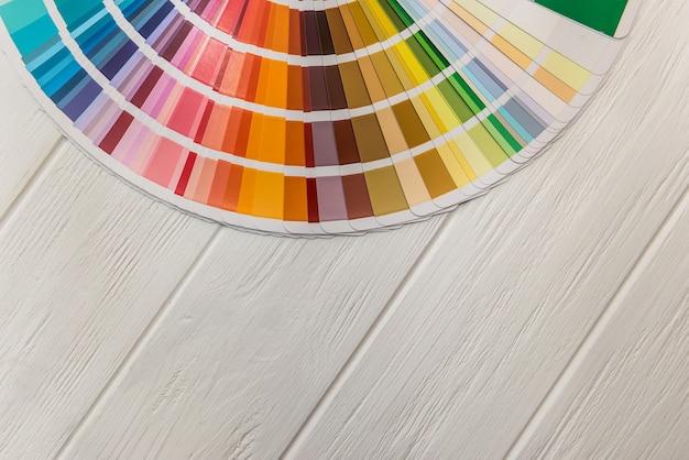 Amostrador de cores diferentes em closeup de superfície de madeira