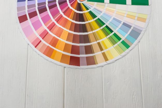 Amostrador de cores diferentes em plano de fundo de madeira
