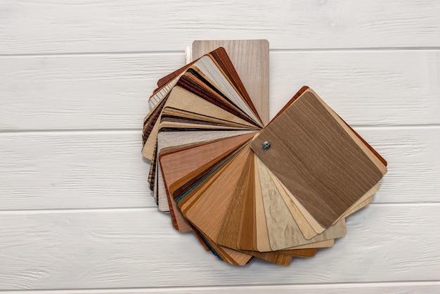 Amostrador de madeira em leque na superfície clara