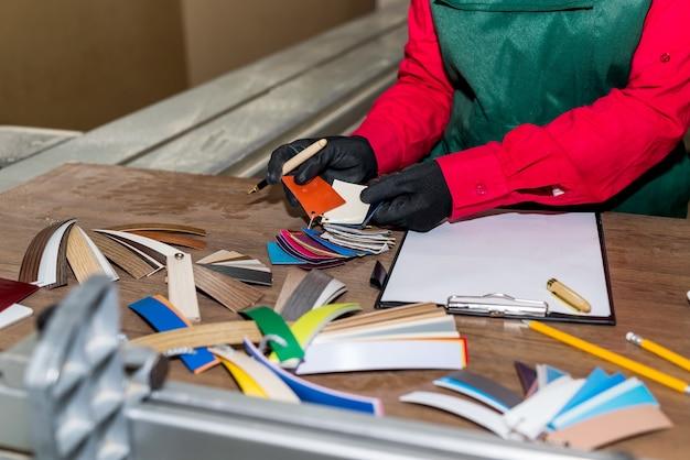 Amostradores de cores diferentes em carpintaria, local de trabalho, marceneiro
