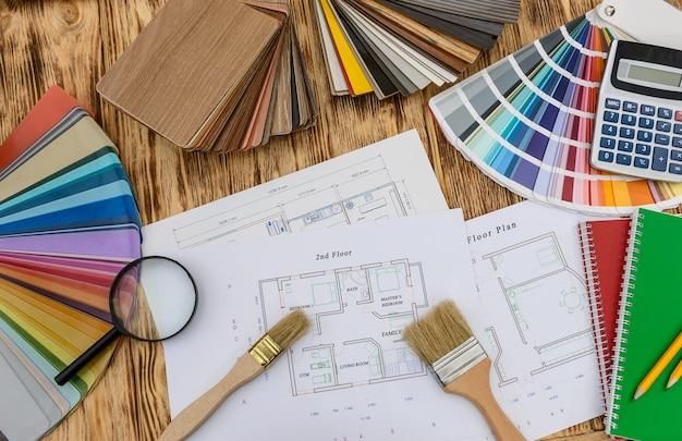 Amostradores para decoração e planta da casa na mesa