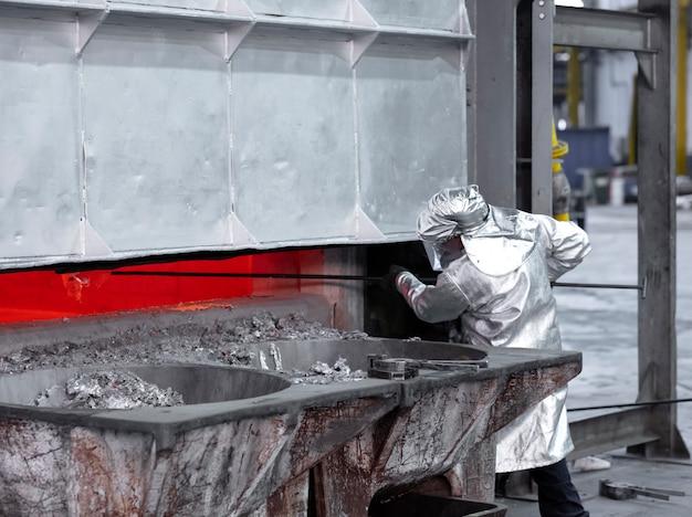 Amostragem de alumínio derretido antes da fundição