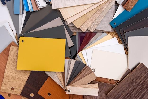 Amostras coloridas de madeira e plástico de perto
