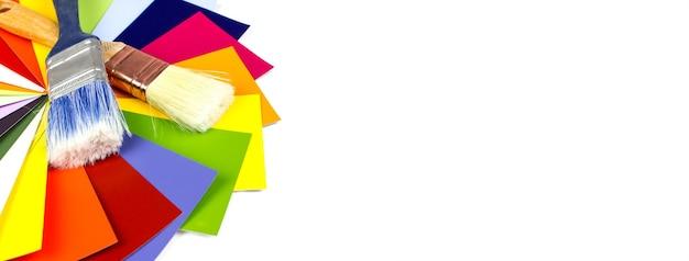 Amostras da paleta de cores com pincel. pincéis com diferentes amostras de cores.