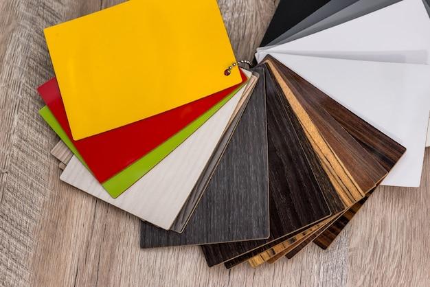 Amostras de amostras de madeira coloridas para processamento de móveis