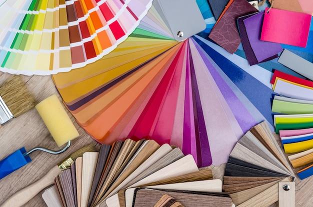 Amostras de cores diferentes com pincel e rolo