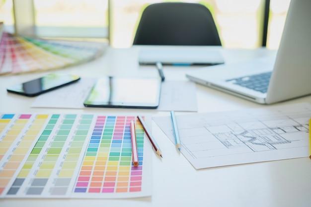 Amostras de cores e canetas em uma mesa