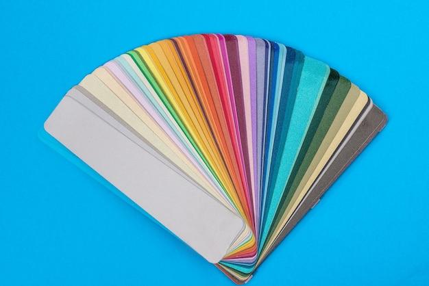 Amostras de cores espalhadas em leque, close-up